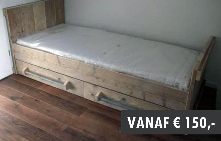 bed met laden steigerhout